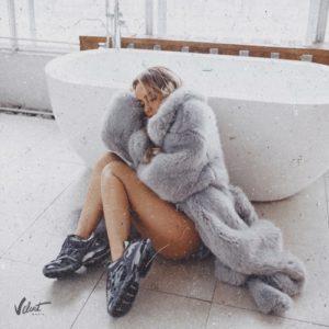 текст песни пряталась в ванной